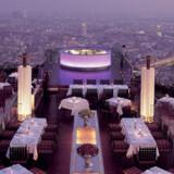 Der er udsigt til hele Bangkoks skyline fra toppen af Sirocco restaurant og The Dome bar øverst på Statetower.