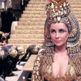 Den historiske korrekthed er nok lidt tvivlsom i Joseph L. Mankiewicz »Cleopatra« fra 1963 med Elizabeth Taylor i hovedrollen som den egypiske dronning, der indledte en kærlighedsaffære med romerske Marcus Antonius, spillet af Richard Burton, til gengæld er den farverig som et italiensk underholdningsshow.