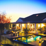 Koro Lodge ved Bushmans Kloof, er en nyindrettet udviddelse af anlægget. Huset ligger ugeneret i reservatets område og er beregnet for indtil otte personer. Her er er prisen pr. nat små 14.000 kr., men så følger der også egen kok med.