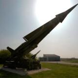 Indgangen til stevnsfortet er flankeret af koldkrigs-misiler.