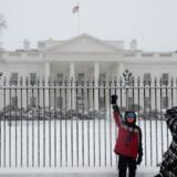 En turist tager billeder foran det hvide hus i Washington den 2. marts, 2009.