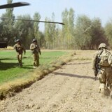 Den amerikanske præsident, Barack Obama, overvejer ifølge avisen New York Times at trække samtlige amerikanske tropper ud af Afghanistan med udgangen af næste år. På billedet bærer amerikanske soldater en såret kollega nær Baraki Barak-basen i Logar provinsen 13. oktober 2012.