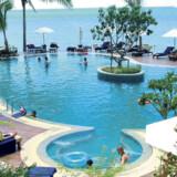 Poolområdet ligger lige som hotellets restaurant helt ned til stranden.