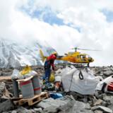 Teknikere gør klar til at opsætte et alarmsystem på Tete Rousse gletcheren på Mont Blanc i de franske alper, efter at man har fundet en 75 meter dyb vandlomme, der nu truer med at oversvømme St. Gervais dalen.