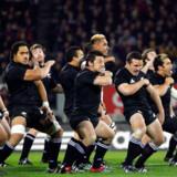'All Blacks' er New Zealands nationale rugbyhold, som her udfører en rituel, men bestemt ikke venlig, hilsen til sine modstandere fra Australien.