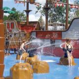 Husk badetøjet! Der er masser af vandsjov i »Pirate Splash Battle« hvor man skyder med vandkanoner fra sørøverskibe.