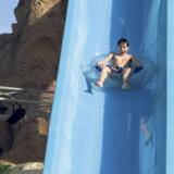 Max på 11 år i fuld fart ned ad en af vandrutschebanerne på Aqua Blu-resortet i Sharm El Sheikh, der er en del af Star Tours »Splash«-koncept.
