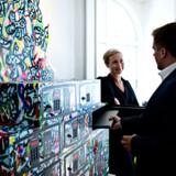 Kunstneriske sikkerhedsboxe i receptionen.