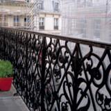 Der er færre restaurantture og mere hjemlig hygge med boligbytte. Her er det læsning ved kaminen i penthouse-nipseboet på Rue de Richelieu.