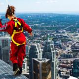 356 meter oppe i byens 553 meter høje CN Tower, der indtil 2007 var verdens højeste fritstående bygning, kan man i bogstaveligste forstand gå på kanten.
