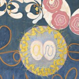 Maleri af De ti største, nr. 1, Barndommen, gruppe IV, hedder dette maleri fra 1907 af Hilma af Klint. Den svenske billedkunstner og antroposof Hilma af Klint levede mellem 1862 og 1944. Hun blev uddannet ved Kunstakademiet i Stockholm – og udstillede nogle af sine tidlige, naturalistiske billeder. De abstrakte malerier derimod, som hun begyndte på så tidligt som 1906 holdt hun derimod for sig selv hele sit liv og efterlod dem med en testamentarisk bestemmelse om, at de først måtte vises for offentligheden 20 år efter hendes død. Pressefoto: Louisiana.