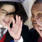 Alt var langtfra idyl i familien Jackson. Men Michael Jackson slog aldrig helt hånden af sin far. Her ses søn og far i 2005.
