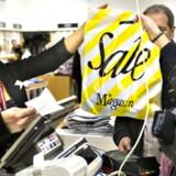 Det gør ondt på butikkerne, når du tjekker konkurrentens tilbud på mobilen.