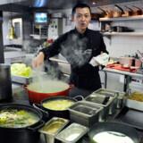 To af de fem døde har spist på en japansk restaurant, inden de blev dårlige. De thailandske myndigheder fastholder dog, at dødsfaldene skyldes tilfældigheder.