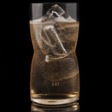 """Her er en af i alt otte cocktails, som SAS har fået lavet, så de smager specielt godt, mens man flyver. Den på billedet kaldes en """"Pure Green Air Born"""", og består af Pure Green Organic Vodka, Calvados og Ginger Ale"""