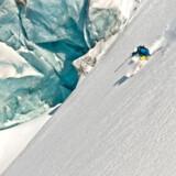 Hvis man ser godt efter, kan man ane en iPhone, der stikker op af lommen på skiløberen i Last Frontier i Canada.