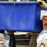 Frivillige arbejdere fra Independent Election Commission (IEC) læsser i valgmateriale på lastbiler, der skal ud til valgstederne i Afghanistan.