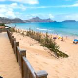 Den største attraktion på Porto Santo er den lange, gyldne sandstrand. På hovedøen Madeira må man nøjes med små strande med sort grus eller i bedste fald importeret sand fra Marokko .
