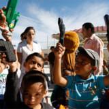 En flok skoleelever i byen Juarez (den 2. farligste i verden) vifter med legetøjspistoler.
