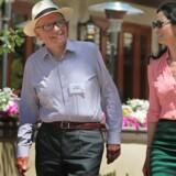 Siden Rupert Murdoch som 37-årig erhvervede News of the World i 1969 har avisen været hans guldæg. I går gik han tur med sin kone Wendi til en investeringskonference i Sun Valley, Idaho, hvor en række af verdens mest magtfulde media-moguler var inviteret.