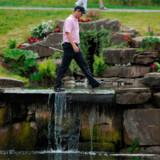 Den skotske golfspiller Marc Warren krydser en af banerne på The Celtic Manor Golf Resort.