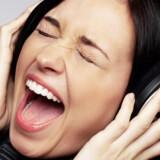 Lad være med at høre musik meget højt og lad være med at synge med, nynne, fløjte eller slå rytmen mod flyets inventar eller dig selv.
