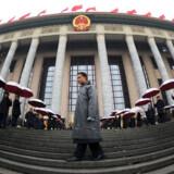 Folkets Store Hal er monumental og står som en skarp kontrast til Den Forbudte By på modsatte side af Den Himmelse Freds Plads i Beijing.