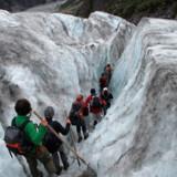 Naturlige gletsjerhuler åbner og lukker sig på en af verdens mest tilgængelige gletsjere, Fox Glacier i New Zealand.