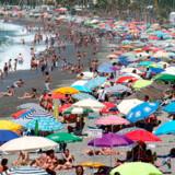 Tusindvis nyder solen og de varme temperaturer på Herradura-stranden nær Malaga.