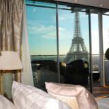 Suite Panoramique på Hotel Shangri-La Paris med udsigt til Eiffeltårnet.