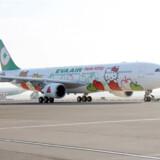 Eva Airs stewardesser klar til flyveturen i fuldt Hello Kitty-outfit.
