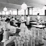 På Le Klints foldestue bliver alle lamper stadig foldet i hånden – ligesom de gjorde i 60erne, hvor dette billede stammer fra. Foto: PR