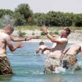 Kenneth Patrick Nielsen døde 23 år år gammel i Afghanistan i 2009. Bagefter samlede soldaterkammeraterne billeder til familien af livet i lejren - også når det var sjovt. Privatfoto venligst udlånt af K.P. Nielsens familie.