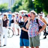 Forbipasserende turister ved Langelinie i København.