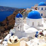 På Santorini og de andre græske ferieøer ånder der fred og idyl på trods af urolighederne i Athen.
