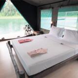 Elephant Hills har i samarbejde med adventure-firmaet Siam netop etableret 10 luksustelte på søen – bygget efter samme princip som teltene i regnskoven, dog er det en mere gyngende oplevelse ude på søen. Se videoen nederst på artiklen.