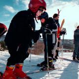 Det kan være en god »investering« at melde ungerne ind i en skiklub, inden turen går til pisterne i udlandet.