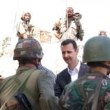 Den syriske hær er ikke nem at besejre, advarer den syriske udenrigsminister. Her ses den syriske præsident under et besøg hos soldater 1. august 2013.
