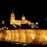 Hele vejen rundt danner de gullige sandstens-arkader på Plaza Mayor det, der kærligt kaldes »Salamancas stue«. Pladsen kan rumme 20.000 mennesker.