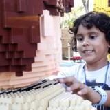 Diego Gonzalez på5år rør ved en dyrepasser lavet ud af legoklodser i Legoland i Florida, der åbnede den 14. oktober, 2011.