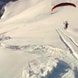 Der er ikke meget familie-aktivitet over, hvad disse to adrenalin-jægere foretager sig: en kombination af paragliding og skiløb.