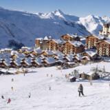 De nyere huse i skisportsbyen er bygget i en mere traditionel alpe-stil. Men de første, fra da byen blev anlagt i 1960'erne, som skimtes i baggrunden, er grimme, ucharmerende betonsiloer.