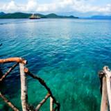 Skibet Hans Christian Andersen er ankret op mellem de næsten ubeboede småøer i Filippinerne og man kan gå i land ad vakkelvorne trapper.