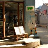 Mangler man en lille souvenir, kan man måske finde den ved Zian. Man kan også sidde på trappestenen med en kop kaffe og nyde solen.
