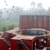En fuglefolk letter ved det astronomiske observatorium, Janter Mantar, i New Dehli. Byggeriet af observatoriet begyndte 1724.