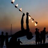 På Benirras på Ibizas nordkyst er der dansende hippier, trommeslagere og bål på stranden.