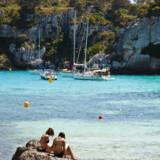 Menorca – Mallorcas naboø to timers sejlads i flyvebåd, eller en halv times flyvning, mod nordvest – er kun fyldt med turister fra midt i juli og i august, og man vil så gerne have dem noget længere; at nogle flere også har lyst til at komme i foråret og i efteråret, for øen har så meget mere end sol og strand at byde på.