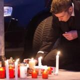 en ansat hos germanwings sætter lys foran flyslskabets hovedkontor i Köln. 150 mennesker formodes at have mistet livet i flystyrtet - heraf seks besætningsmedlemmer.
