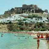 De tætpakkede strande på Rhodos bevidner Grækenlands status som populært rejsemål.