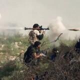 En syrisk oprører affyrer et RPG under kampe mod regeringshøren nær Khanasser på den eneste vej, der forbinder Aleppo med det centrale Syrien.